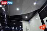 Глянцевый потолок, криволинейная спайка, в ванной комнате